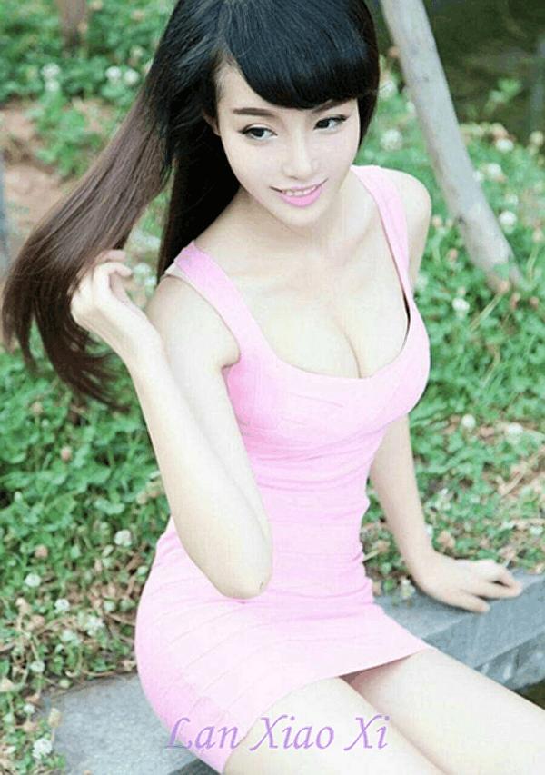 紧身连衣裙穿出美女S形身形充满时尚女人味