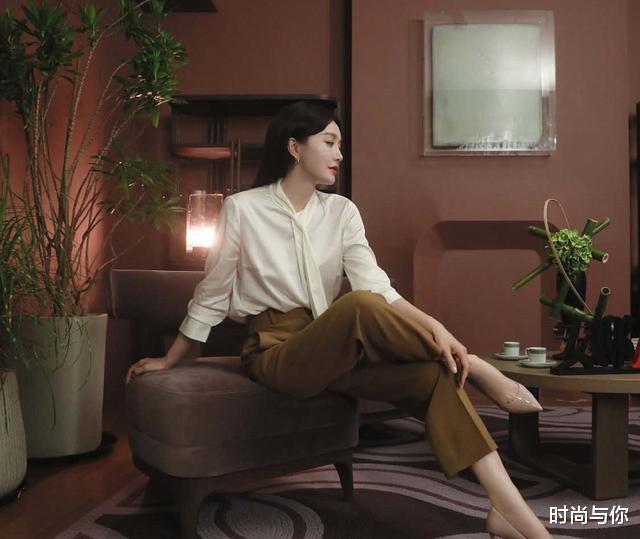 41歲秦嵐穿棕色翻領連衣裙, 搭配黑色一字帶高跟鞋, 優雅又顯瘦-圖4