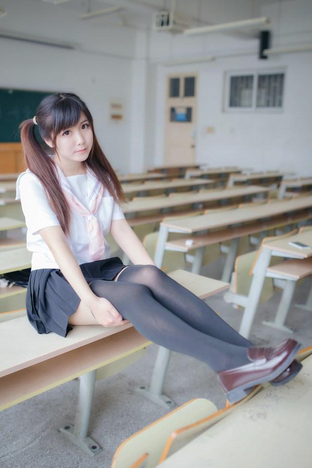 为什么日本女孩穿上校服短裙, 一定要穿上过膝袜? 这样真的显腿长? 2