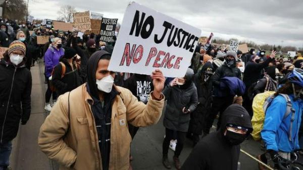 """諷刺! CNN制片人報道民眾抗議被捕, 警察還問""""你會講英語嗎? """"-圖2"""
