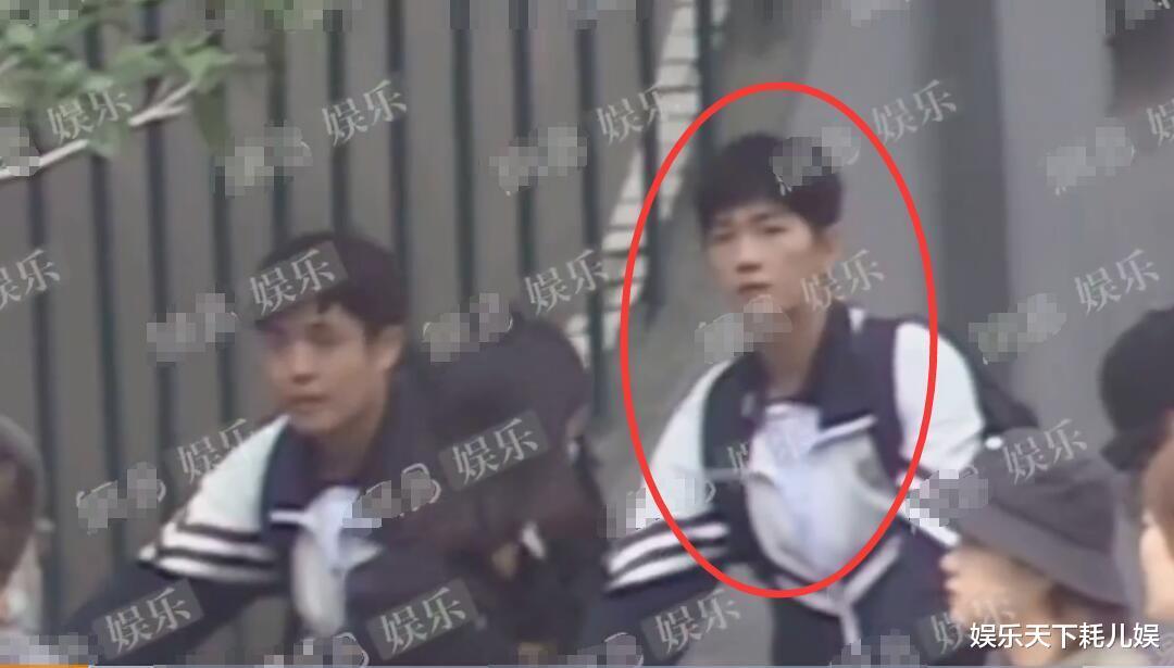 《榮耀》校服路透, 楊洋中學生嫩過肖奈, 騎自行車時註意迪麗熱巴看他的眼神-圖1