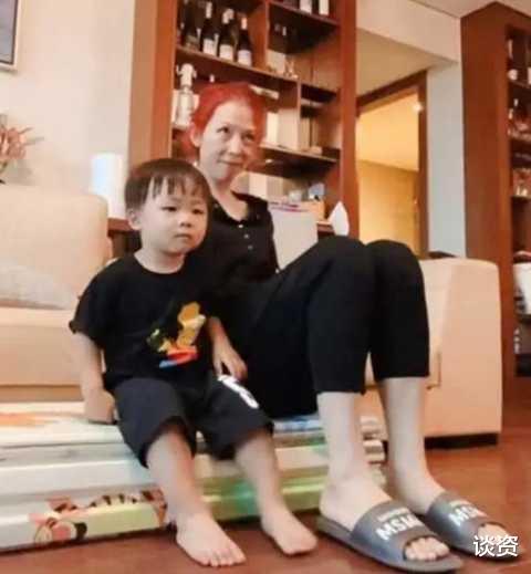 48歲蔡少芬素顏憔悴狀態差, 陪兒子玩耍被指像奶奶, 大齡生娃傷害大-圖1