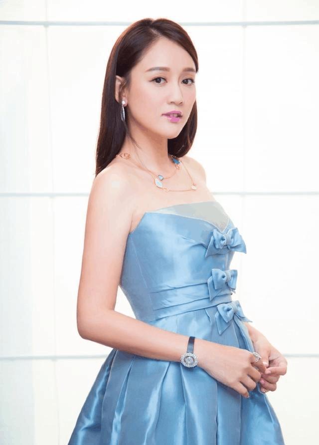 陈乔恩近40岁又怎样, 穿上甜美抹胸裙的她, 依旧美成了17岁!