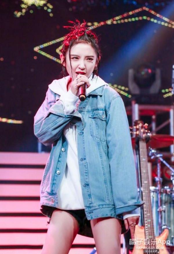 脏辫搭配牛仔套装潮范十足, 唐艺昕扮起嘻哈风可是认真的!
