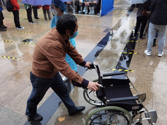 人民網直擊青島雨中核酸檢測現場 大傘之下有溫情-圖2
