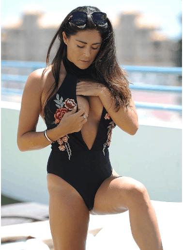 凯西·巴彻勒穿黑色绣花泳衣秀事业线 2