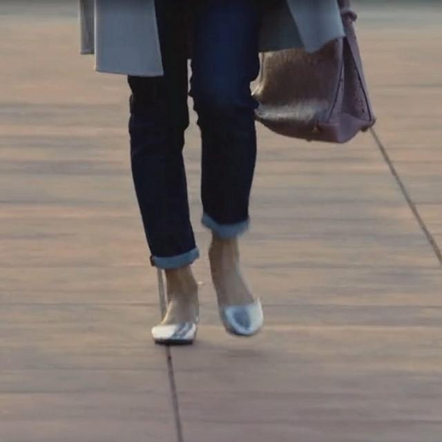 41岁马伊琍现身机场, 打扮得比子君还精致, 脚上的瓢鞋更是好看 3