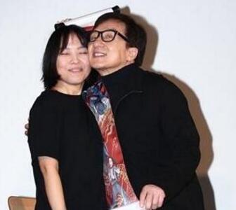 {图}成龙激动拥吻女影迷贴脸合影 牵着刘涛的手不放