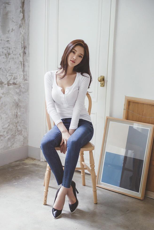 白色长袖七分袖上衣与紧身牛仔裤的青春靓丽