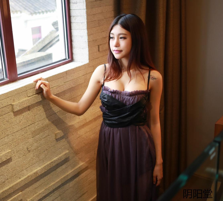 微胖的女生穿吊带薄纱连衣裙更能凸显妩媚女人味