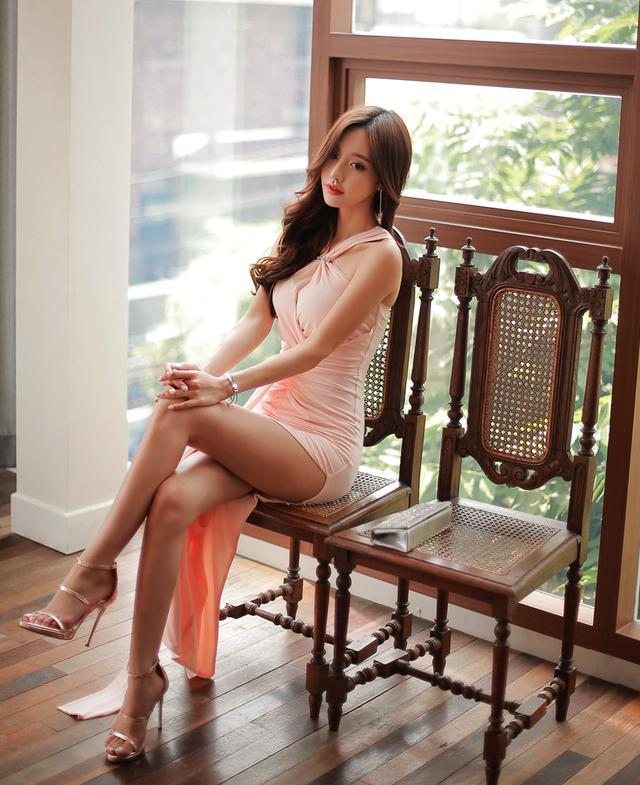 孙允珠高跟鞋紧身长裙开叉到臀, 肌理细腻骨肉匀 2