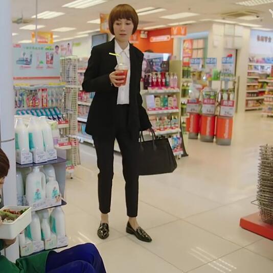 41岁马伊琍现身机场, 打扮得比子君还精致, 脚上的瓢鞋更是好看 1