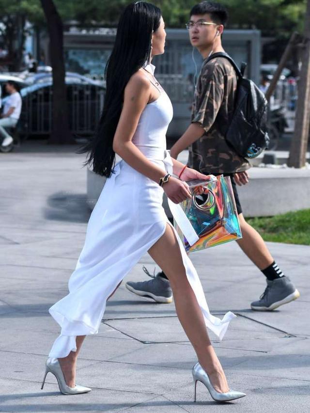 街拍空姐下班白色开衩长裙, 比职业装更迷人