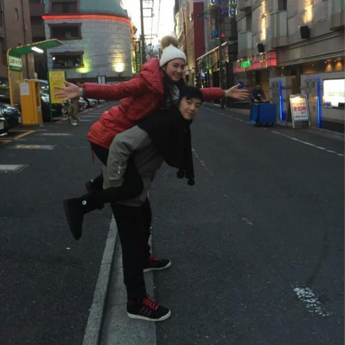 洪欣晒日本度假照, 47岁跟儿子一起像个小姑娘, 身上的外套亮了 1