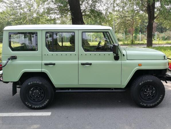 國產情懷SUV完成升級! 2.4T動力+四驅, 雙色車身比路虎衛士還帥氣-圖2