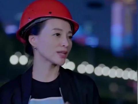46歲董卿現身工地, 工人扮相依然美麗, 錯戴安全帽被吐槽-圖4