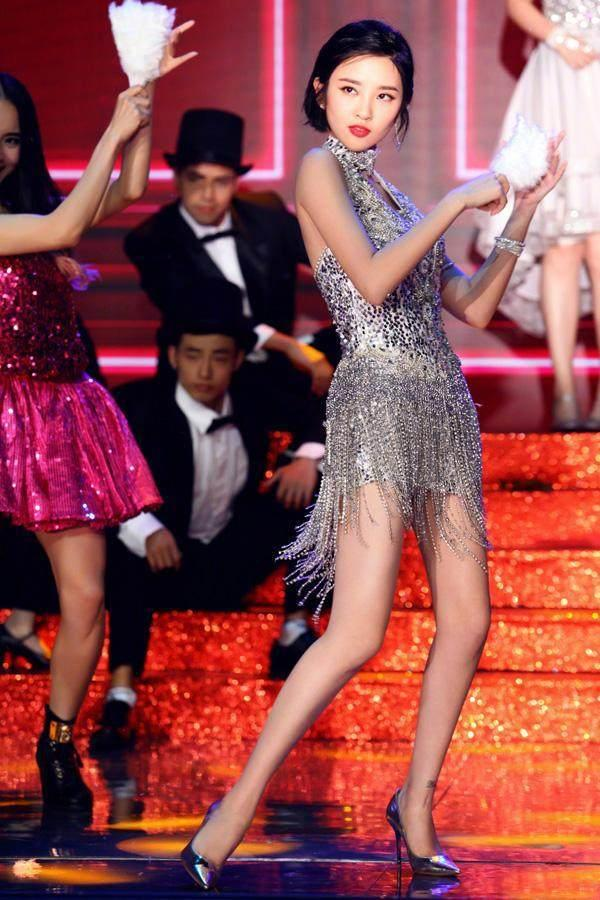 《快乐大本营》唐艺昕穿迪丽热巴的旧衣服, 同一条舞裙谁更美?