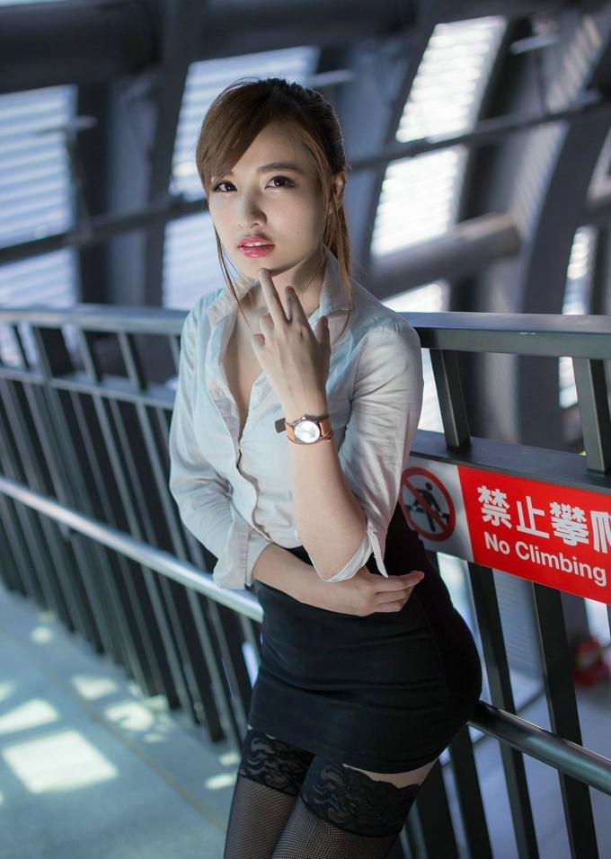 气质女白领, 室外俏皮灵动, 衣品很时尚!