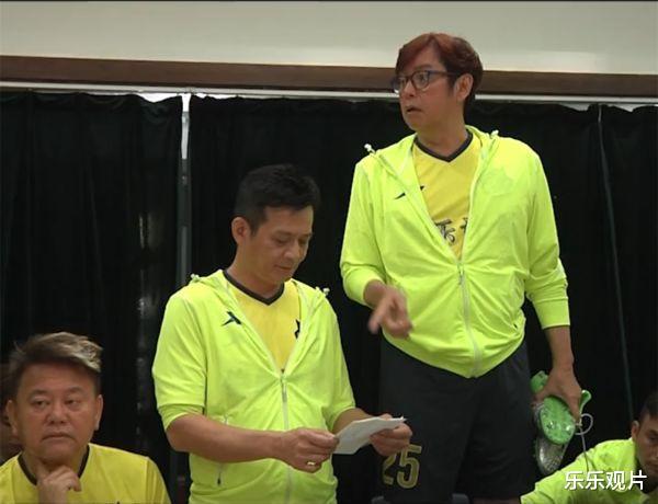 香港明星足球隊聚會: 譚詠麟站椅子上說話, 洪金寶和黃日華認真聽-圖6