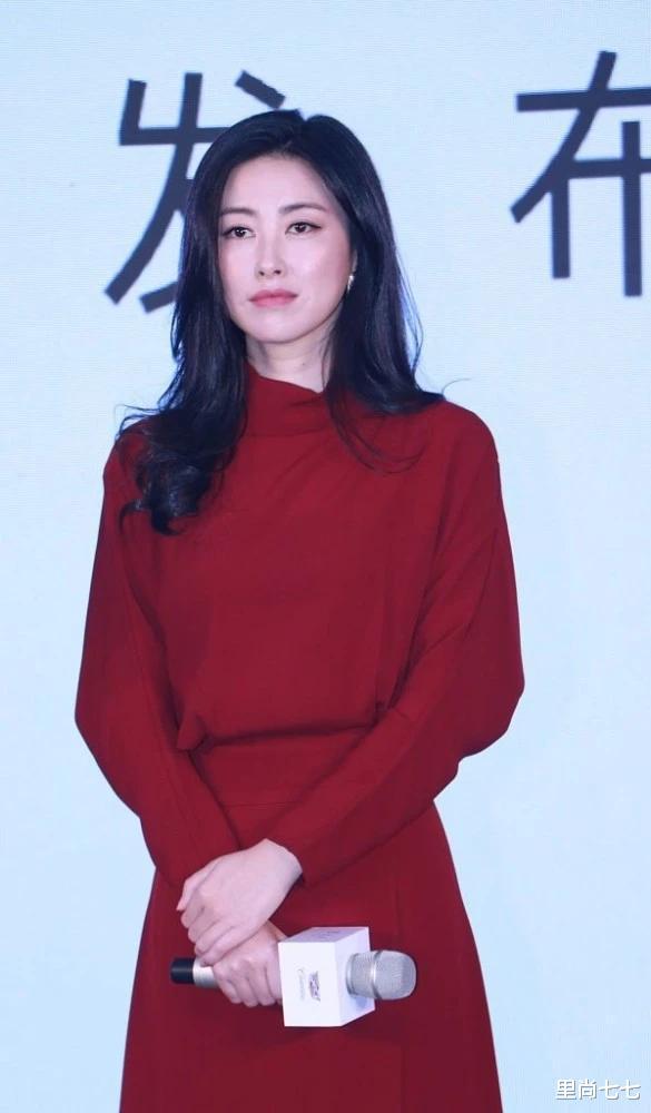 朱珠也太瘦瞭, 一襲紅裙同框周一圍現身活動, 蠻腰和頭基本同寬-圖3