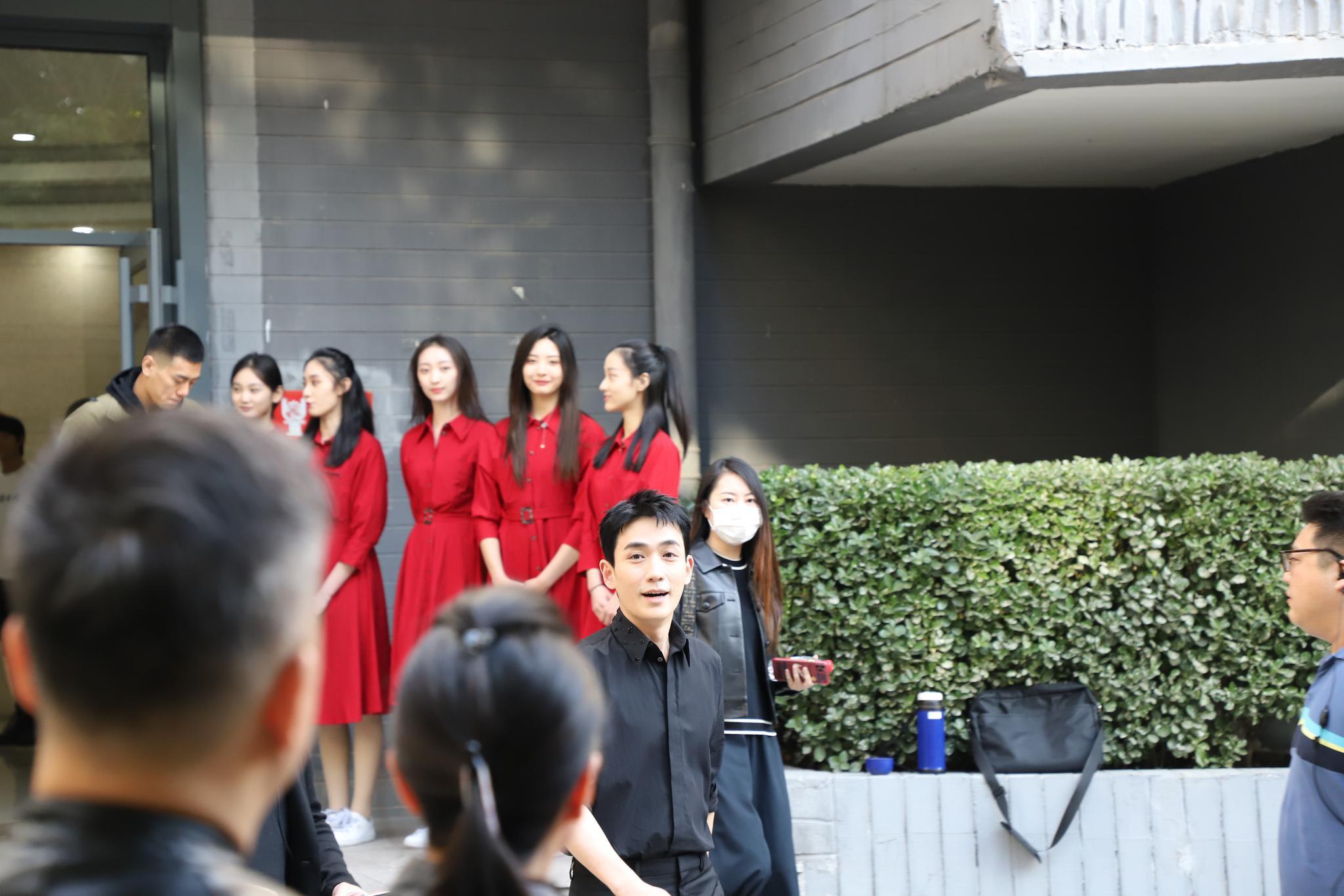 作為北電畢業生, @朱一龍 先現身母校參加70周年校慶活動-圖2