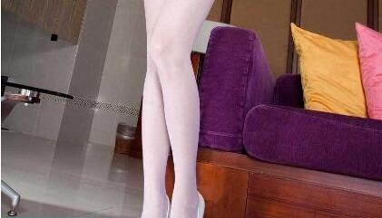 白色丝袜搭配白色高跟鞋纯洁美好, 衬托纤细修长的美腿