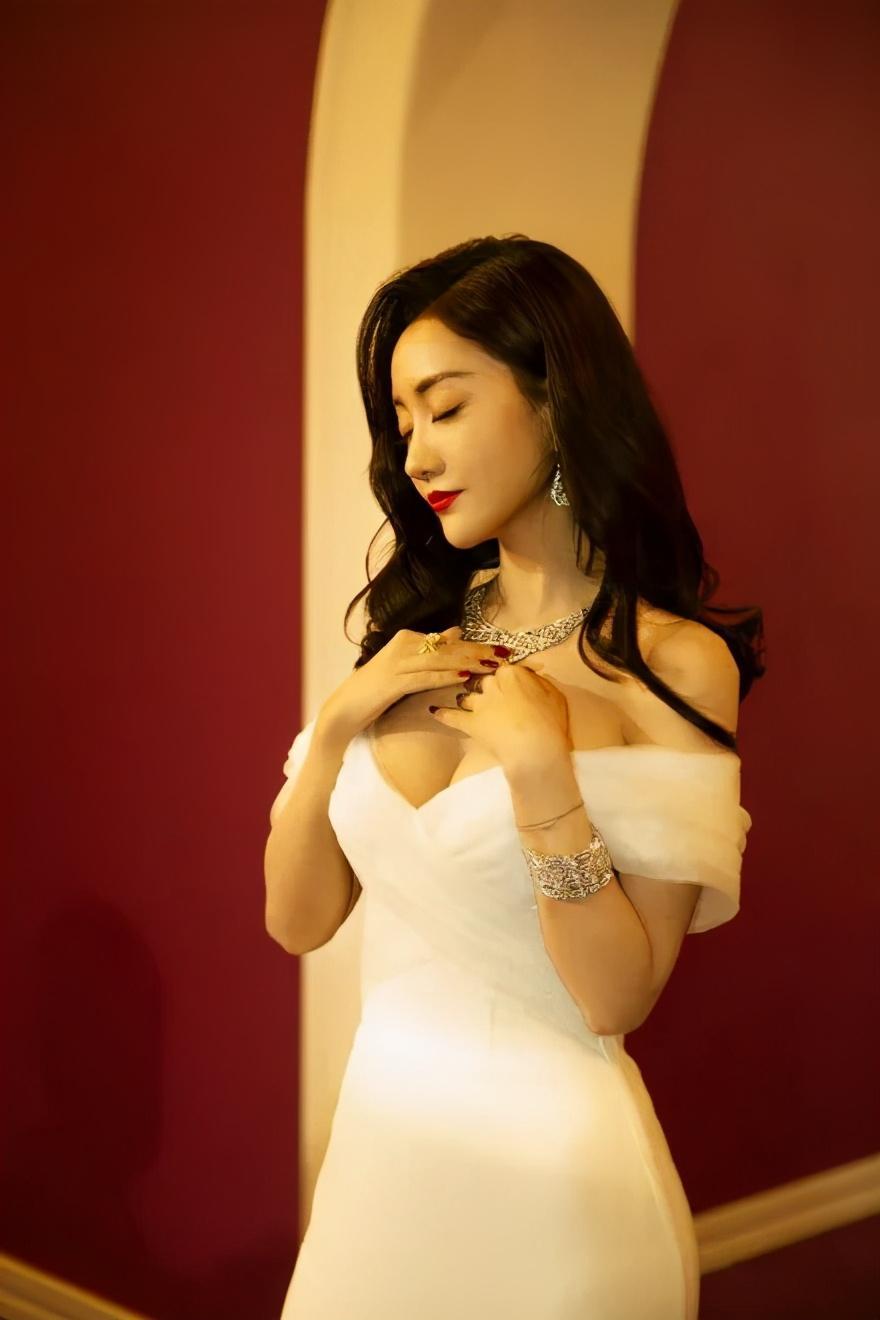 39歲美女楊蓉身材凹凸有致! 大秀嬌嫩雪膚性感小蠻腰-圖1
