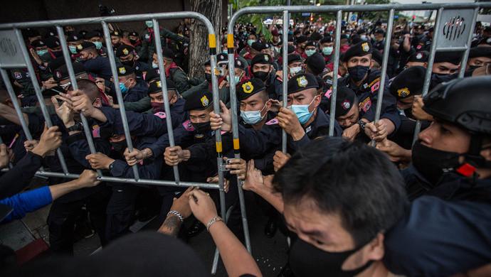 圍堵總理府, 阻塞王室車隊! 泰國又大規模抗議, 首都進入緊急狀態-圖1