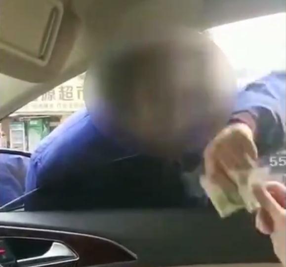 给1元反被骂、组团堵路收费, 开车遇上这种行乞者, 还给钱吗?