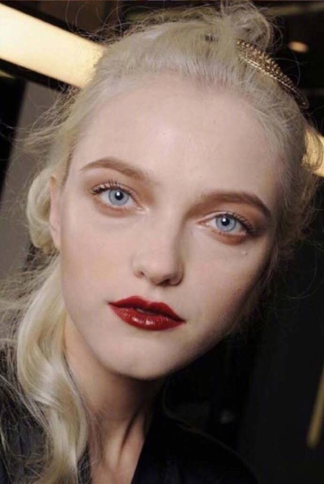 她可以说是仙女模特界的鼻祖了,真的是什么风格都能驾驭啊! 18