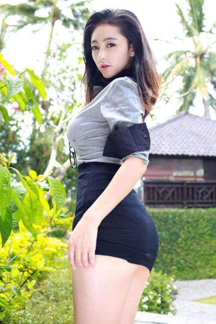 姑娘最在乎的可能就是自己的身材了, 所以就用美裙来搭配