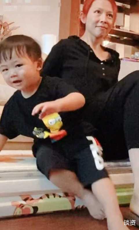 48歲蔡少芬素顏憔悴狀態差, 陪兒子玩耍被指像奶奶, 大齡生娃傷害大-圖2