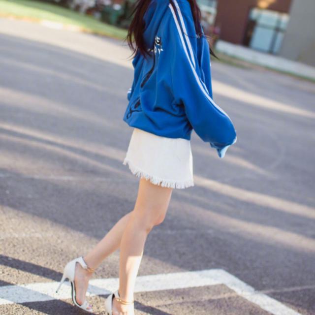 李小璐果然是时尚辣妈, 这次街拍又火了这款卫衣, 不怕冷吗 2