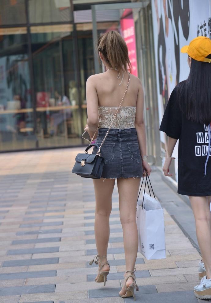 透明蕾丝小吊带背心少妇, 这么穿缺点都一览无余了 3