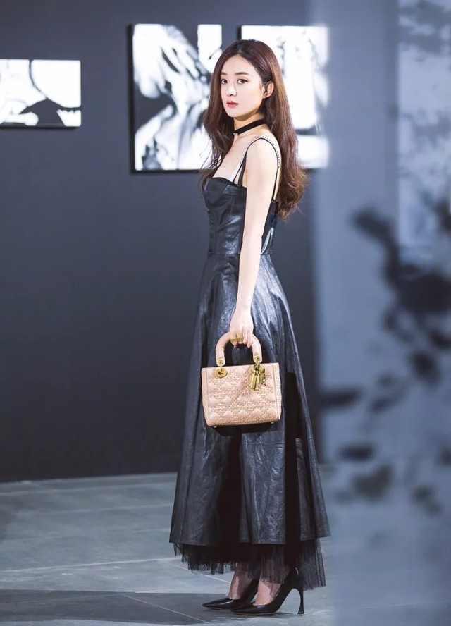 同为30岁, 赵丽颖与刘亦菲同穿皮裙, 一位霸气, 一位却小气?