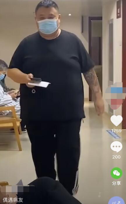 嶽雲鵬搭檔孫越現身醫院, 獨自一人做手術, 穿短袖露出大花臂-圖3