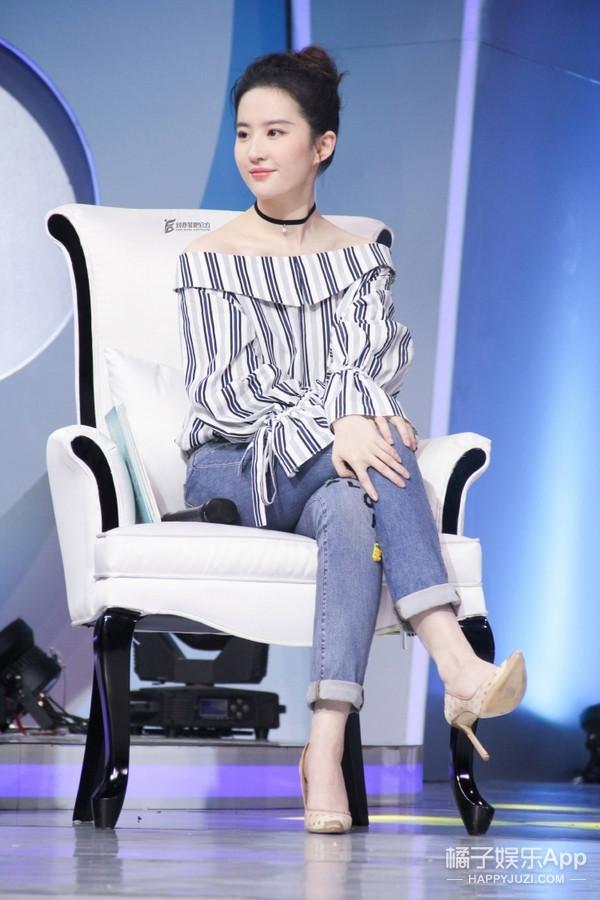 一字肩上衣收起来还太早, 看刘亦菲如何演绎的简单又时髦! 3