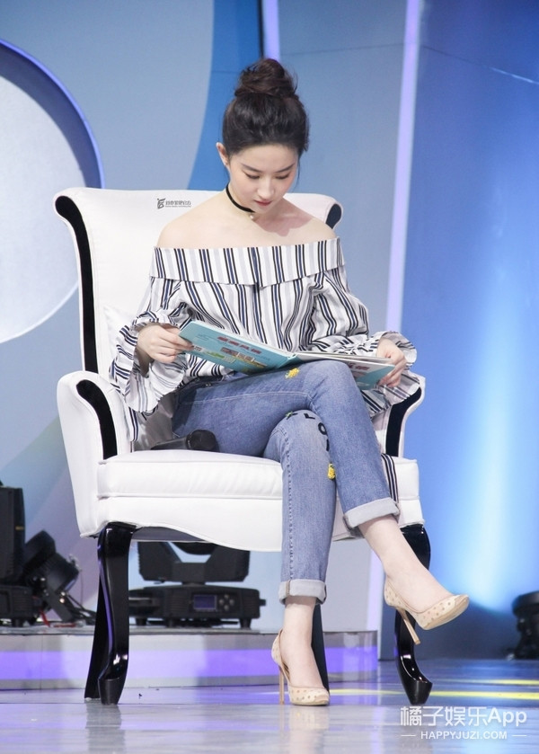 一字肩上衣收起来还太早, 看刘亦菲如何演绎的简单又时髦! 4