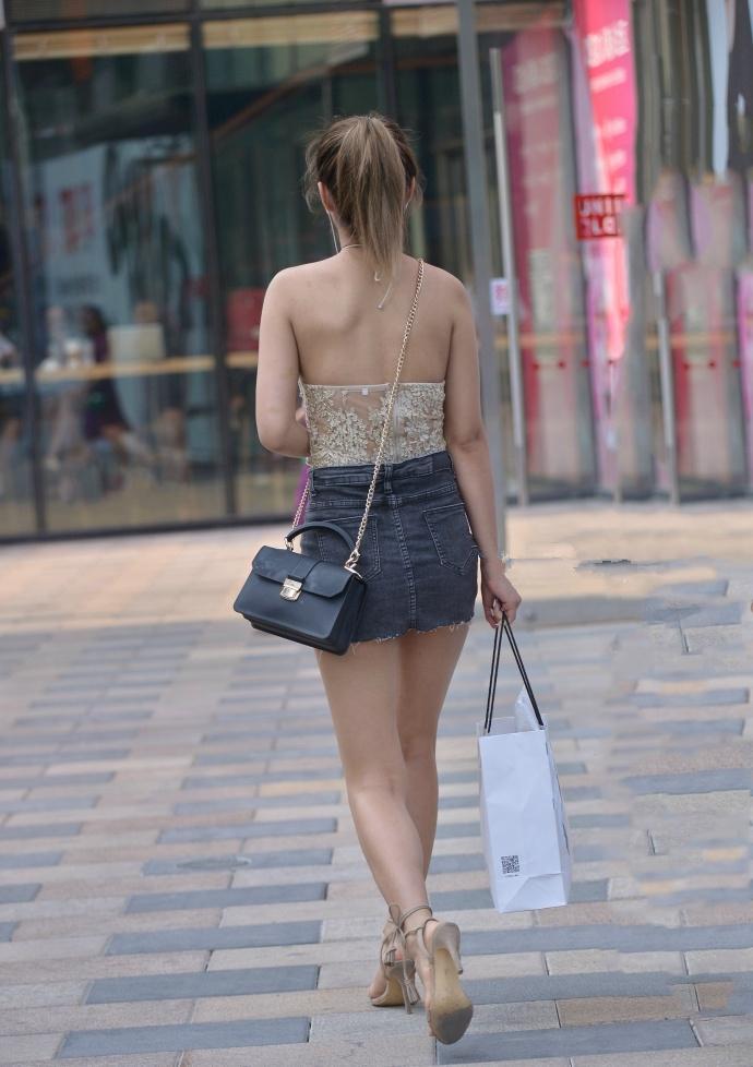 透明蕾丝小吊带背心少妇, 这么穿缺点都一览无余了 4