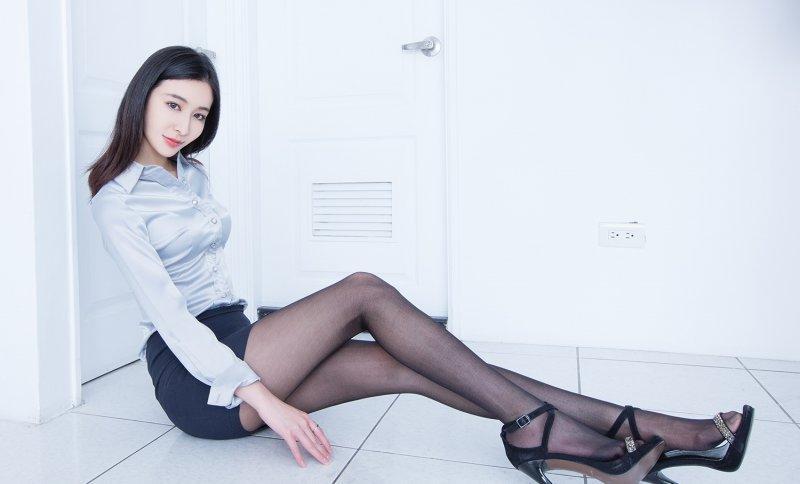 姑娘穿旗袍丝袜的样子是对美丽的最好诠释, 总想多看一会