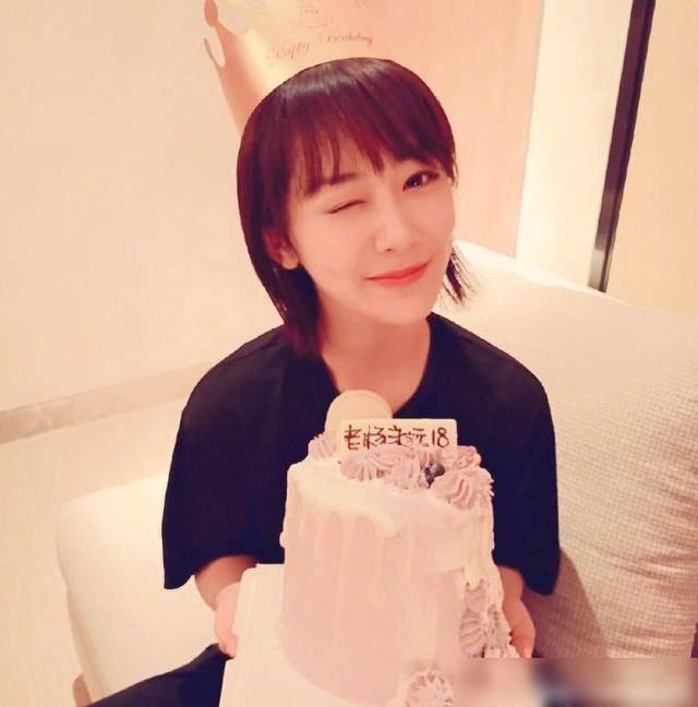 楊紫28歲生日曬出自己的美照, 並配文: 別祝我生日快樂-圖1