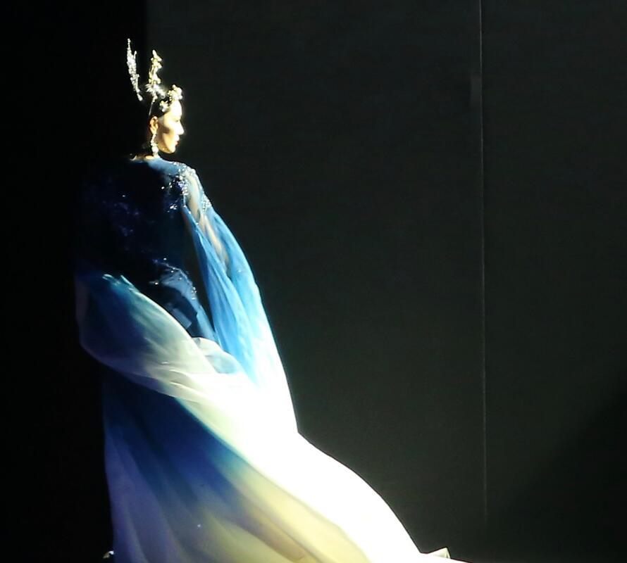 張馨予首登舞臺走秀, 頭戴皇冠穿藍色紗裙優雅高貴, 艷壓范冰冰-圖6