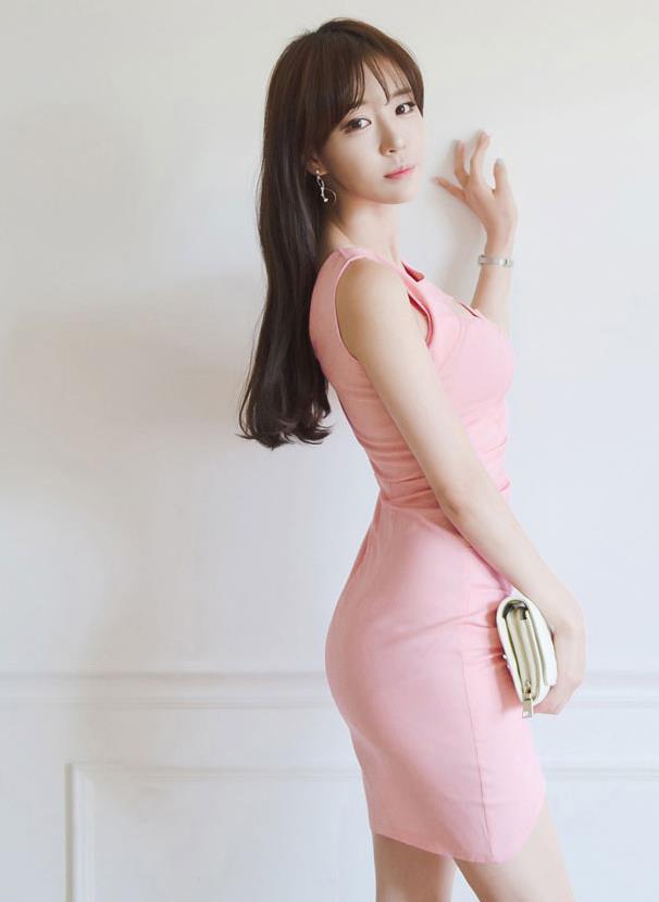 白色包臀裙穿上后时尚又凸显身材, 这个妹子穿的这种连衣裙看上去真不错 5