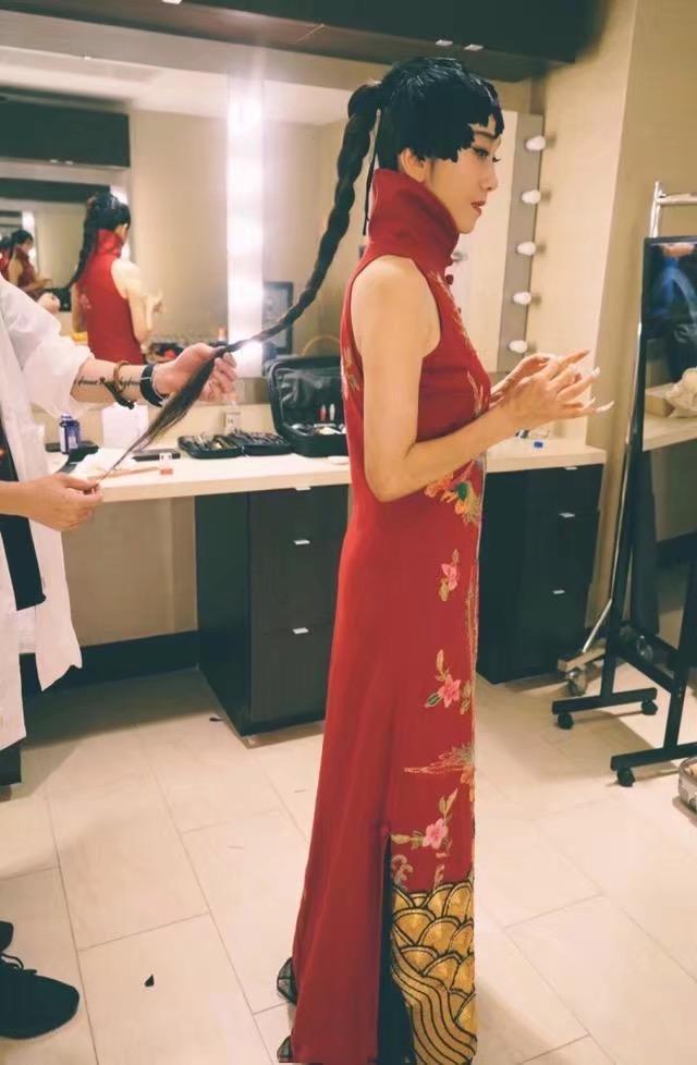 59岁杨丽萍为舞蹈放弃生育, 如今一件旗袍穿出18岁少女感!