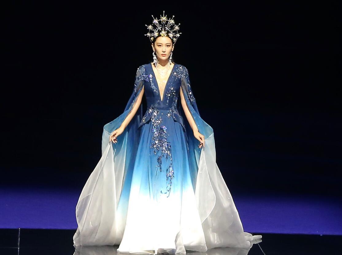 張馨予首登舞臺走秀, 頭戴皇冠穿藍色紗裙優雅高貴, 艷壓范冰冰-圖5