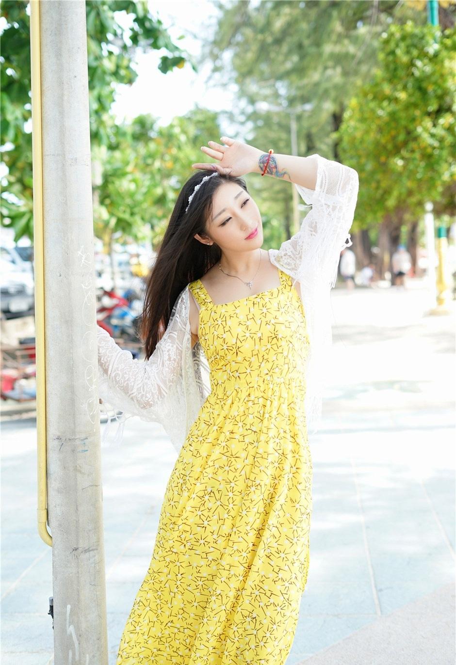 漂亮的小姐姐穿上黄色几何小花纹雪纺裙, 素颜的她却如此魅力十足 1