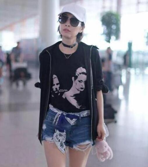 范冰冰一身粉色搭配丝巾现身机场, 网友: 真是嫩出新境界了! 8
