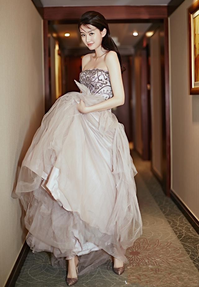 23岁乔欣与25岁迪丽热巴, 同穿抹胸长裙, 胸前平平的她赢了!