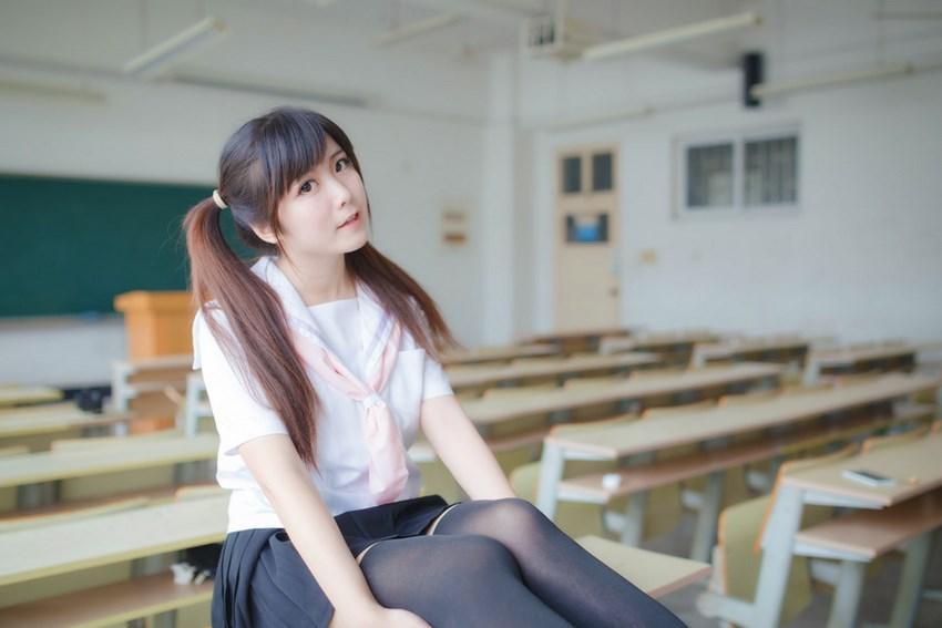 为什么日本女孩穿上校服短裙, 一定要穿上过膝袜? 这样真的显腿长? 5