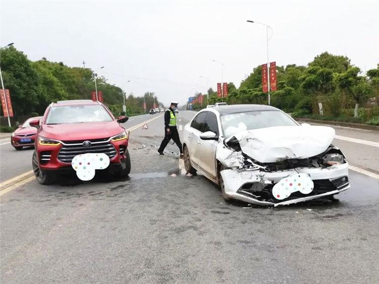 比亞迪唐被大眾速騰硬撞, 雙方車損成亮點, 車主: 買錯車真要命-圖1